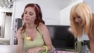 Stepmom Tara假日和青少年荡妇Penny Pax肛门三人组