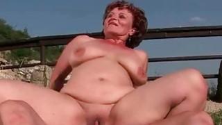 胖奶奶喜欢室外的男孩