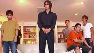 性感的小妓女在她的客厅里得到了帮派