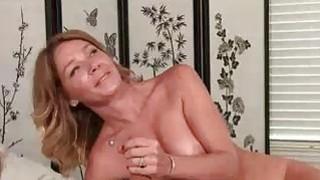 顽皮的米尔夫发现他躺在她的床上裸体