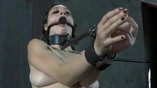 被暴露的阴部蒙面的美人获得鞭刑