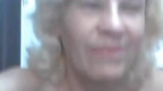 美老奶奶在网络摄像头上用红色玩具工作她的阴户
