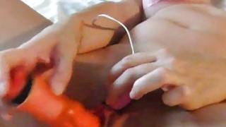 手指在她的屁股假阳具在她的手套