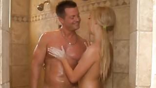 肮脏的按摩师在淋浴中吞噬客户硬杆