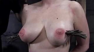 贝贝在酷刑期间得到她光滑的屁股