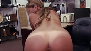 性感的女服务员被拘留者搞砸了