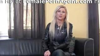 性感的金发女郎需要在成人行业工作