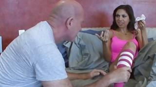 三位一体的一步爸爸喜欢在洗衣篮里闻她的内裤