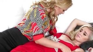 丰满的熟女Cherie Deville和青少年女孩Naomi Woods lesbosex