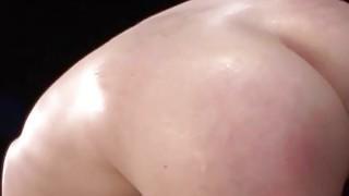 艾玛Evins忍受Sybian Fuckings机器,Deepthroat BJ&深刻的渗透性