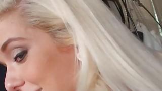 瘦青少年的金发女友在她的混蛋需要公鸡