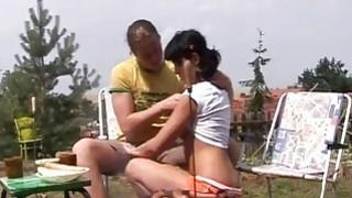女孩色情影片少年肛门渗透在烧烤聚会