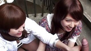 两个sl Asian的亚洲妓女在楼梯上吸吮着花花公子