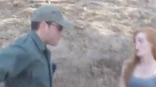 边境官员乱搞美丽的红发青少年在户外