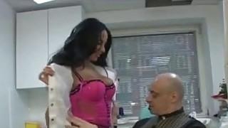 医生Anissa Kate在她的办公室里吸引了幸运的病人