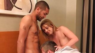 热金发的妻子和丈夫分享一个美味的黑色Co