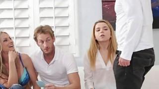 丹麦人舔了她一步兄弟的阴道一场比赛
