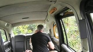 金发女郎在出租车上获得巨大的面部护理