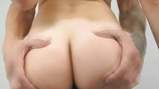 性感娜奥米伍兹在她的阴户里有一个胖子