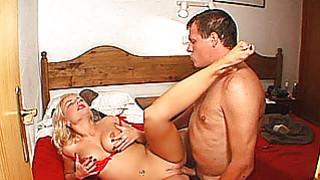 与山雀大乳业余的米尔夫得到性交暨