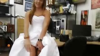荡妇典当她的结婚礼服,并被典当讨厌的家伙打了一顿