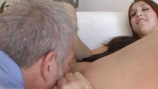 阿丽亚娜诱惑了她的继父,让她的阴部舔了舔
