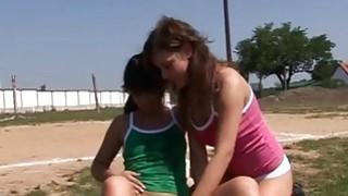 热辣的青少年女孩speedo造型电影运动青少年吞噬每一个