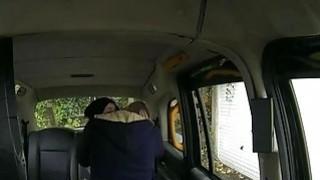 性感的业余爱好者乘坐后座撞在后座上