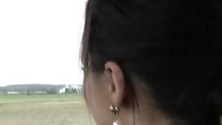 紧张的黑发青少年Lea Guerlin被车撞死