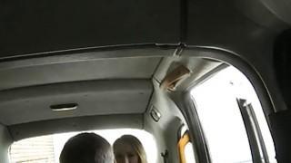 大奶子的热宝贝会因恶劣的司机而受到性交