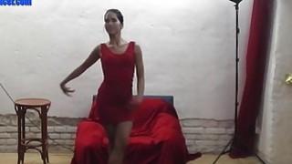 性感的亚洲lapdancer得到性交和泼溅