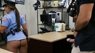 拉丁警察得到她的猫被当兵殴打