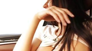 巨大的呕吐青少年肛门在车内ban。