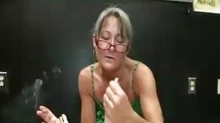 Milf在吸烟时提供她感性的Handjob