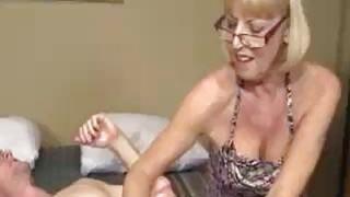 奶奶想要看到年轻的大公鸡爆炸