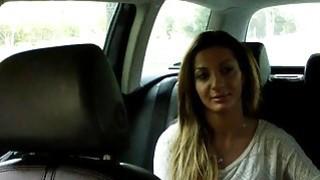 丰满的业余爱好者在假出租车上做爱