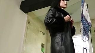 紧身衣裤中的性感女按摩师在按摩桌上受伤