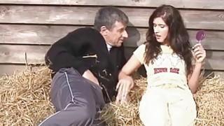 当吸吮旧迪克时,勤劳的农村女孩