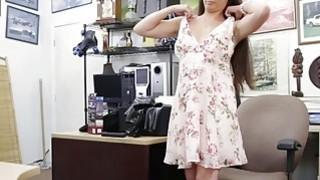 布鲁内特出售她的设备,并由讨厌的典当家伙性交