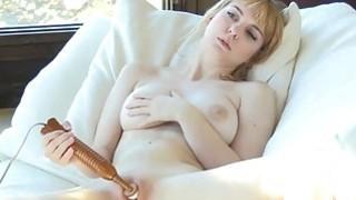 性感的业余青少年与自然大圆的胸部请她的粉红色阴部与性玩具高潮