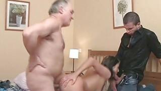 老男人与青少年发生性行为会让shlong吸吮