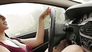 丰满的詹妮手淫在车里