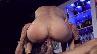 大屁股酒保Lea Lexis在酒吧的立场上骑着大公鸡