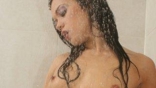 淫荡的曼迪更多是在自慰时洗澡