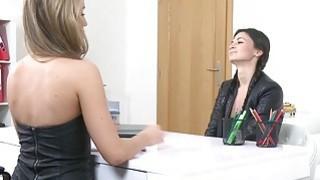她新的性感客户引起黑发女性的特工