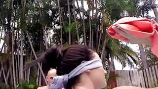 两场大学美女在泳池派对上受到重击