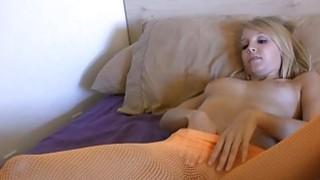 年轻的金发女郎艾莉布鲁克斯享有一个玻璃假阳具