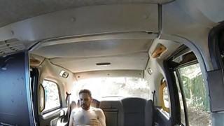 淘气的业余夫妇他妈的在一辆出租车的后座
