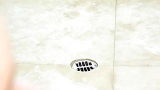 卷曲的大肚腩女按摩师在淋浴中引诱客户