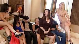 在色情游戏之后,他们在四人大厦里单身他妈的